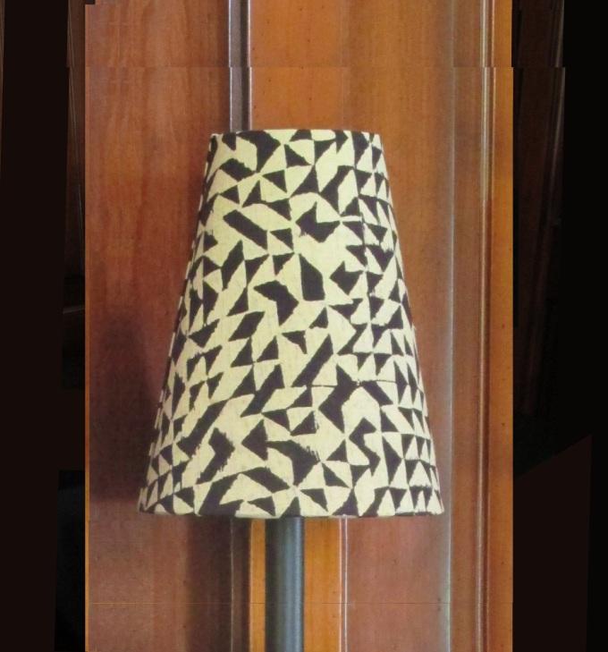 Abat-jour à clipser haut de 18 cm idéal pour lampadaire à trois branches ou pour donner de la présence à une lampe à poser sur une tablette ou une console étroite.